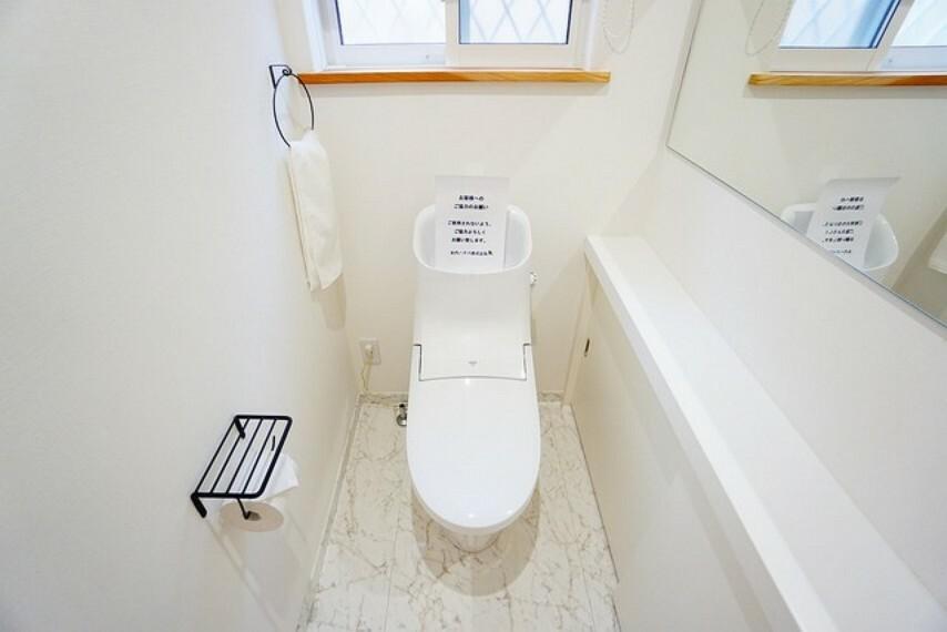 トイレ 温水洗浄機付トイレです。サイドに鏡を設置しており身だしなみを整えれます^^