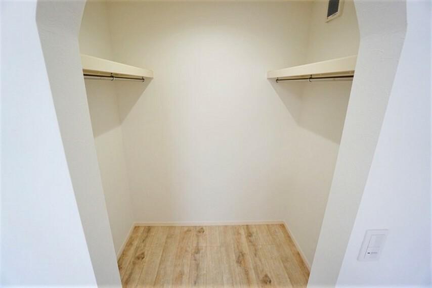 収納 両サイドにハンガーパイプがありたっぷり収納できます^^使用頻度が少ないものは枕棚の上に、足元には3段ボックスを置いて、フル活用できるクローゼットです^^