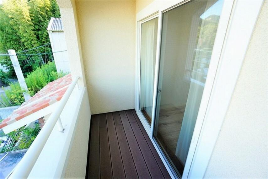 バルコニー 上部は屋根になっているので洗濯物を守りやすく、眩しすぎる日差しも和らげます。