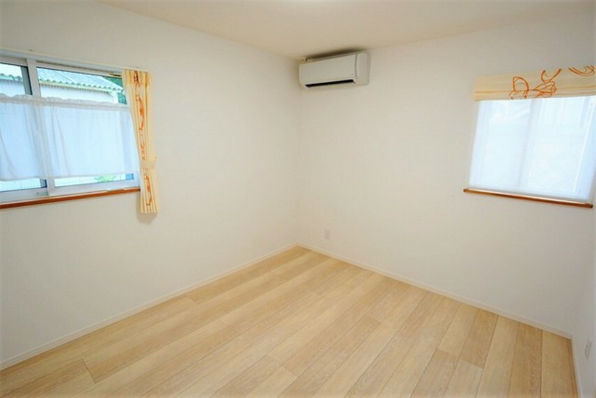 洋室 窓には断熱性・保温性にすぐれ、省エネ効果のあるペアガラスを採用。冬には結露を防止します。