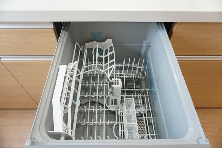 キッチン 同仕様写真。家事の時間が短縮できる食器洗い乾燥機付。億劫な後片付けもラクラクです。食後の自由な時間が増えますね^^