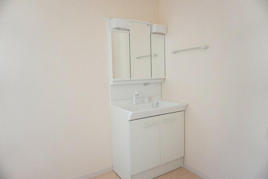 洗面化粧台 同仕様写真。ミラー扉の内側が収納スペースになっています。洗顔やシャワーがしやすい大容量のボウルに、リフトアップできるシングルレバーシャワー、更にくもり止め鏡と、忙しい朝の準備が快適です。