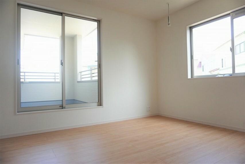 洋室 同仕様写真。幅広のインナーバルコニーは洗濯物を守りやすく、眩しすぎる日差しも和らげます。