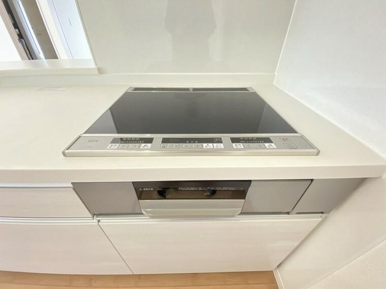 キッチン 同仕様写真。お手入れのしやすいIHクッキングヒーターです。3口コンロなので、効率よくお料理が楽しめます。毎日のお料理も楽しくなりますね^^
