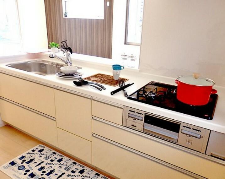 キッチン 同仕様建物のキッチン。カラーは異なることがございます。