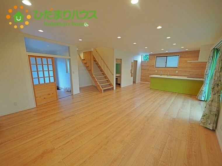 居間・リビング 開放的なレイアウト。木目が優しい雰囲気を演出してくれます。