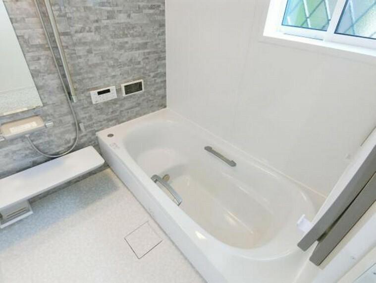 浴室 楽な姿勢で入浴できるベンチバスです。