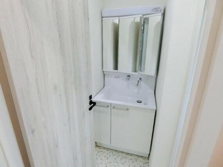 洗面化粧台 洗面台は三面鏡としてもお使い頂けます。