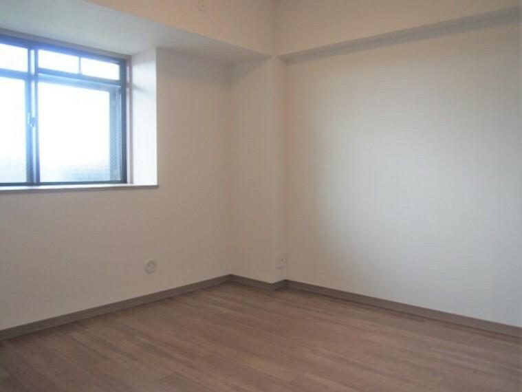 窓付きの洋室。通風・採光を確保した造り。