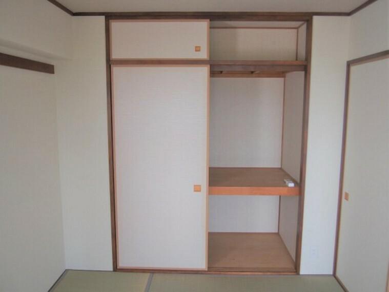 収納 押入れのある和室。天袋もあるので、たくさんの物を収納可能。