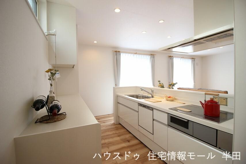 キッチン 収納もたっぷりできるキッチンです。食器洗浄乾燥機も備わって家事時間も短縮できそうですね。