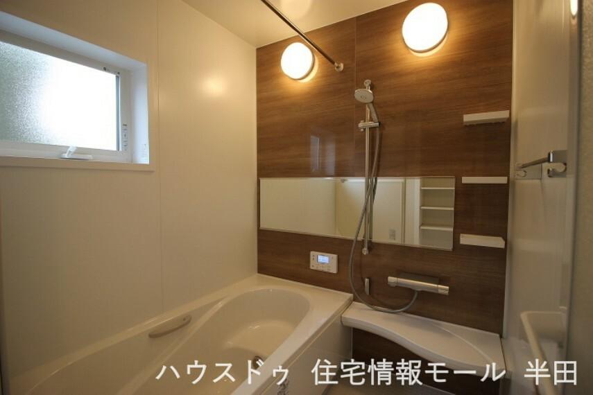 浴室 ベンチ型の浴槽は節水や半身浴にも活躍します。