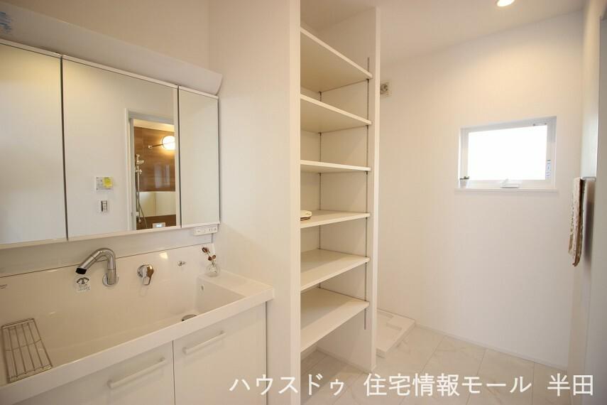 洗面化粧台 リネンや買い置き洗剤もたっぷりしまえる収納棚付の洗面所です。