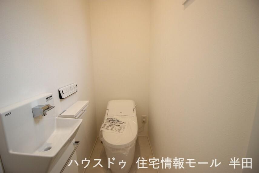 トイレ タンクレスですっきりとしたトイレです。洗面も設置されており便利です。