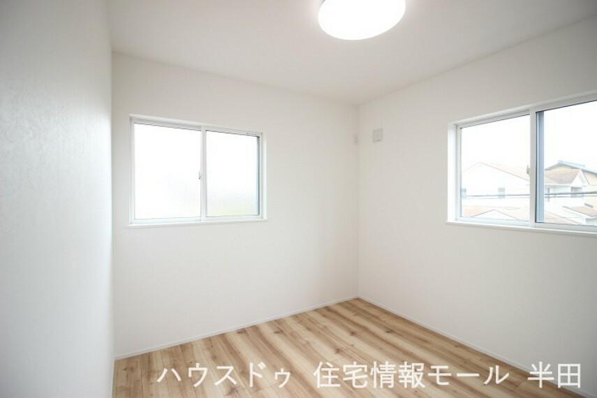 洋室 2階5.2帖洋室 2面採光も明るい居室です。
