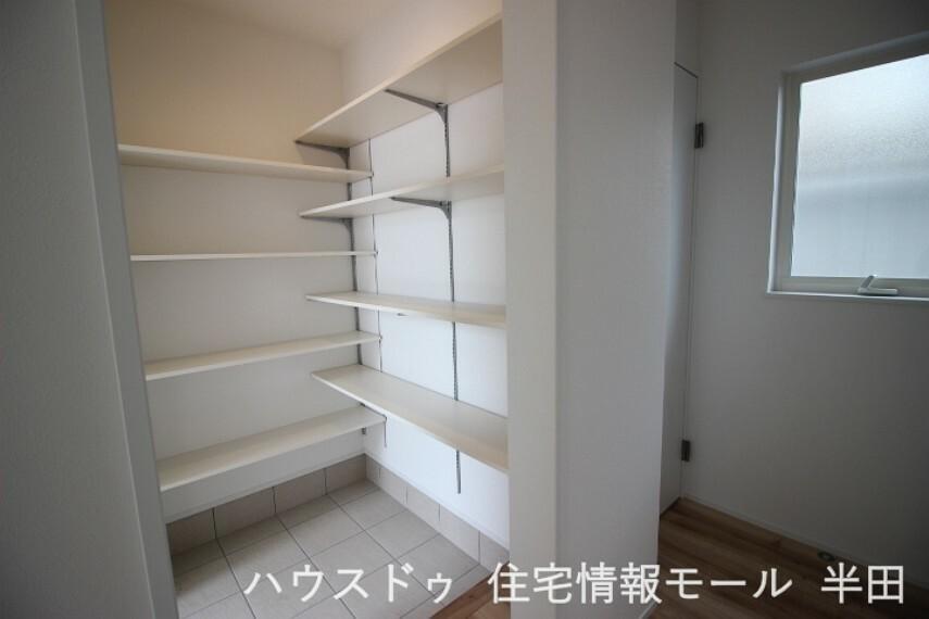 収納 可動棚のSICは靴のサイズに合わせて収納できるのが魅力。
