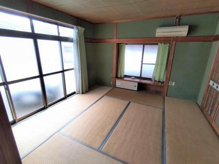 【8月6日撮影・リフォーム前写真】8帖和室の別角度からの写真です。間取り変更を行い、6帖の洋室に仕上げます。出窓のあるお部屋です。