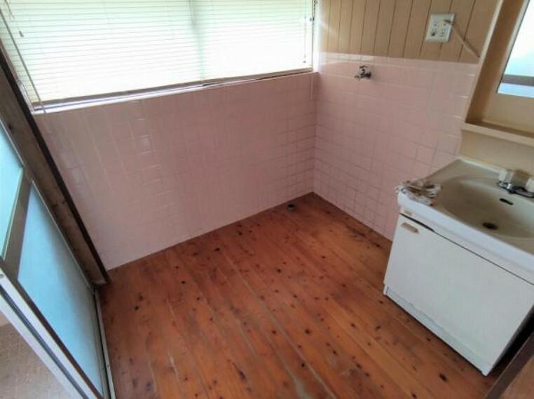 洗面化粧台 【8月6日撮影・リフォーム前写真】洗面脱衣の写真です。これから床・クロスの張替及び洗面台の新品交換を行います。新品の三面鏡で毎朝の支度もはかどりそうですね。