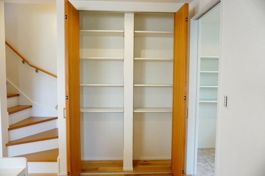 収納 キッチン近くには大容量の収納コーナーを設けております。広さが十分に確保されているため、備蓄品や大型の調理器具なども楽々収納できますね^^