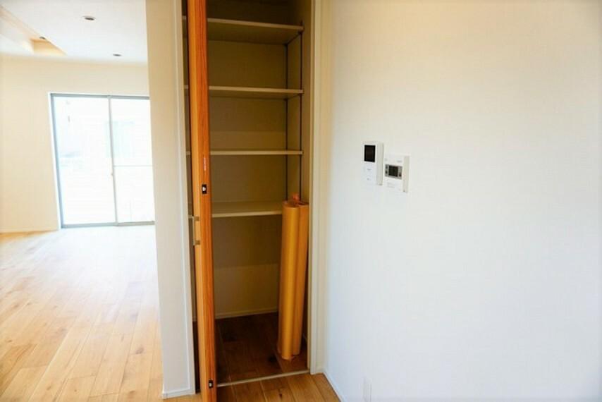 収納 ダイニングと階段の近くにも収納コーナーがございます。LDKは物が沢山集まりがちなので、収納スペースがあると便利ですね^^