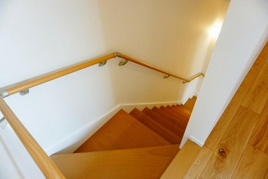 踏み場の広い手摺付き階段です。勾配も緩やかに設計されており、高齢の方でも安心できますね^^小窓もあるので、開放感もあります。