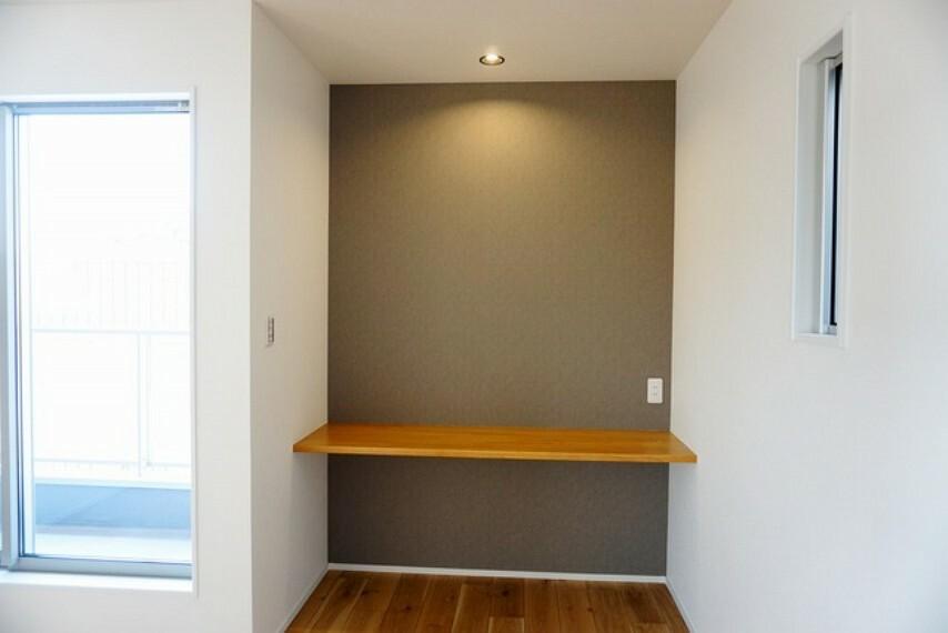 寝室 7帖の洋室にはリモートワークに使えるカウンターを設けています。落ち着いた色のクロスが素敵です。