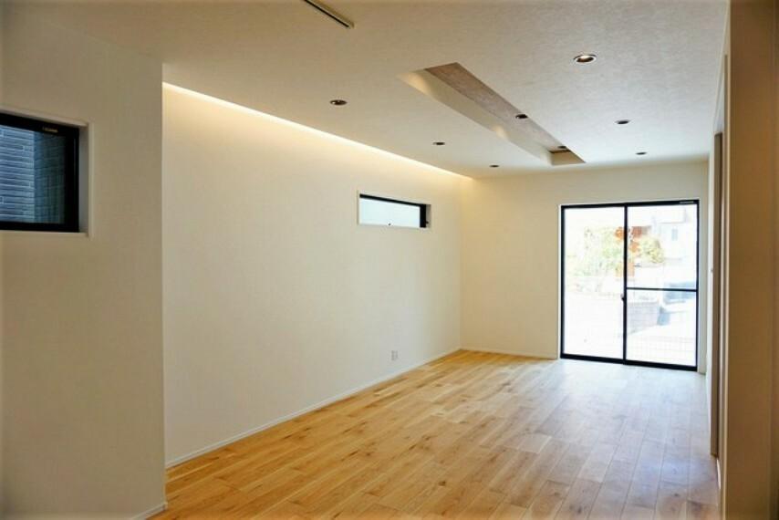 居間・リビング キッチンに向き合う形で大きな窓があります。たくさんの光や風を取り込むことができ快適な生活が過ごせそうです。コーブ照明で暖かみを感じます。