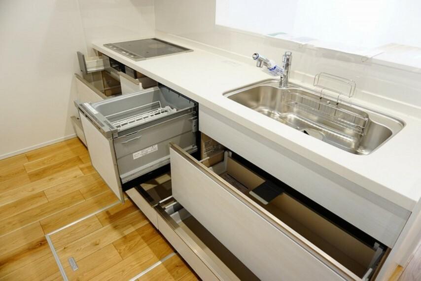 キッチン キッチン収納も大容量です。可動が多い引き出しはサイレントレールでスーッと気持ちよく閉まります(コンロ下小引き出しは除く)。