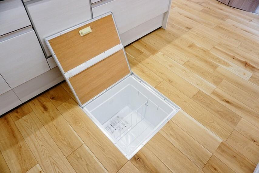 収納 キッチンと洗面室には床下収納があります。長期保管ができるもの、あまり使わないもの、シーズンもの、防災グッズなどを入れておくのもいいですね。