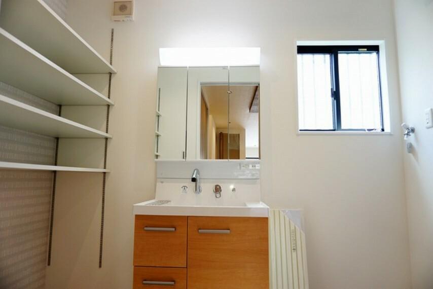 洗面化粧台 三面鏡つき洗面台。歯みがきセットや化粧品もきれいに整頓できますよ。窓があるので明るく、換気もバッチリです。