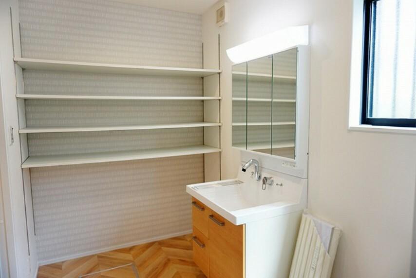 収納 洗面台の横には、可動式で大型の収納棚をご用意。パジャマや部屋着を収納するのもおすすめです。脱衣室の床にも注目してください^^