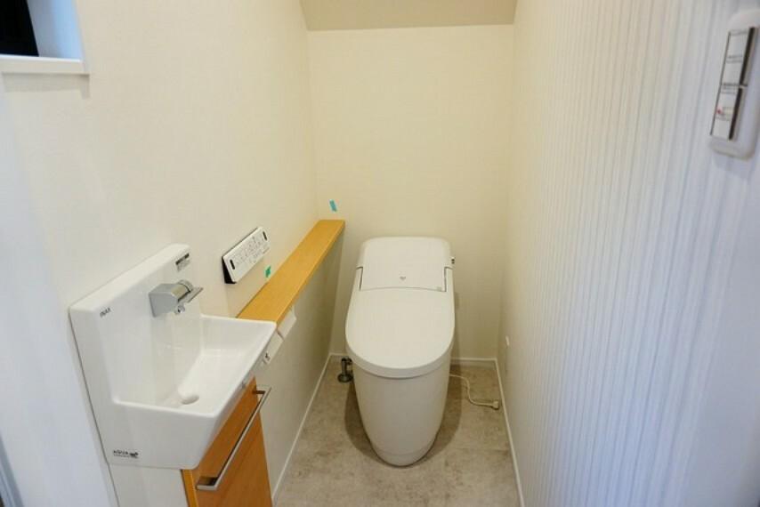 トイレ お手入れがラクで節水効果も高い機能的なタンクレストイレです。スタイリッシュでオシャレです。カウンターには、お気に入りのフレグランスやミニ観葉植物を置いてもいいですね。