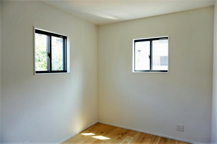 子供部屋 2面採光を確保した明るい室内は、風通しも良く、大変居心地の良い空間となっております。爽やかな風を感じて起きる朝は、快適生活の始まりに。