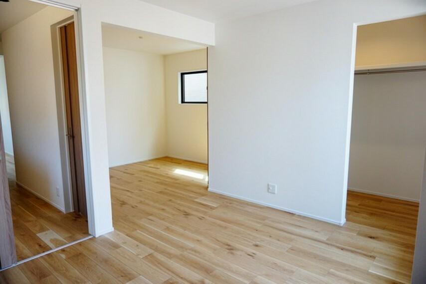 寝室 ご家族様の用途で変化する2ドアイン1ルーム。1部屋として使うのはもちろん、2部屋として使う事も出来ます。