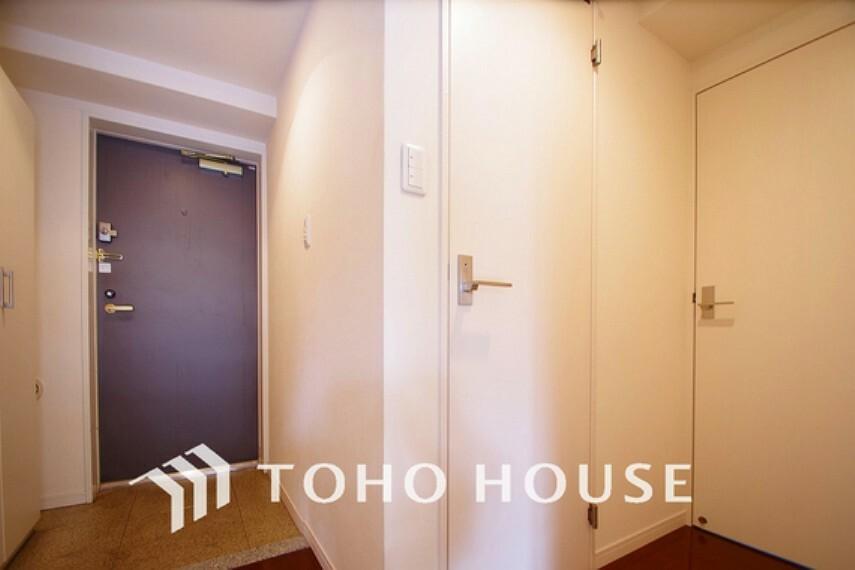 玄関 明るさとコントラストを兼ね備えた玄関