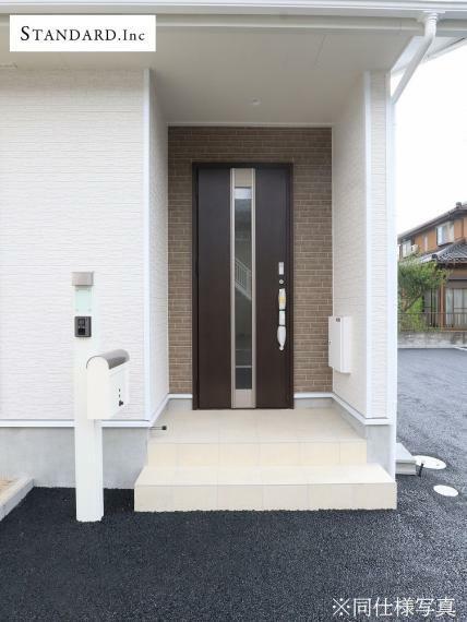 玄関 【同仕様写真】TVモニター付きインターホン・ポスト・宅配ボックス・EVコンセント・散水栓