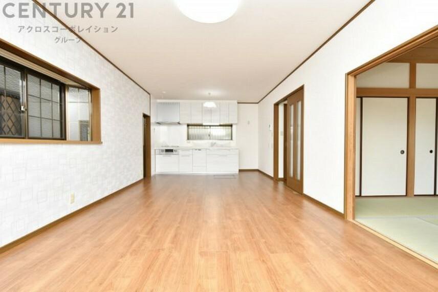 居間・リビング 和室と一続きで利用できる広々としたLDK 西側・南側に開口部があり、明るい日差しが入ります