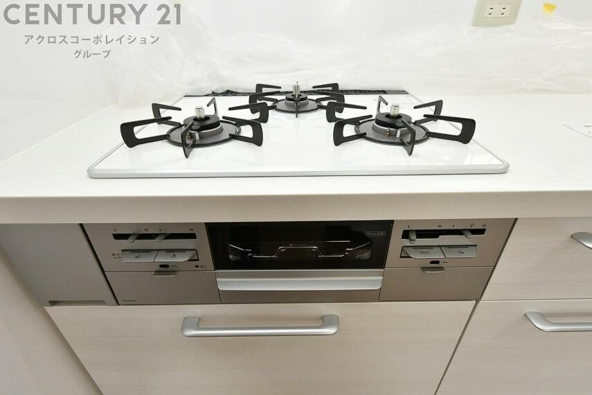 キッチン 三口ガスコンロ 掃除のしやすいフラットタイプ