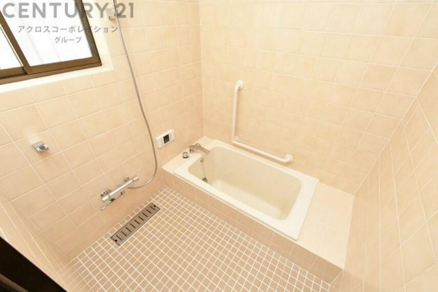 浴室 お風呂は窓付きで換気に便利です
