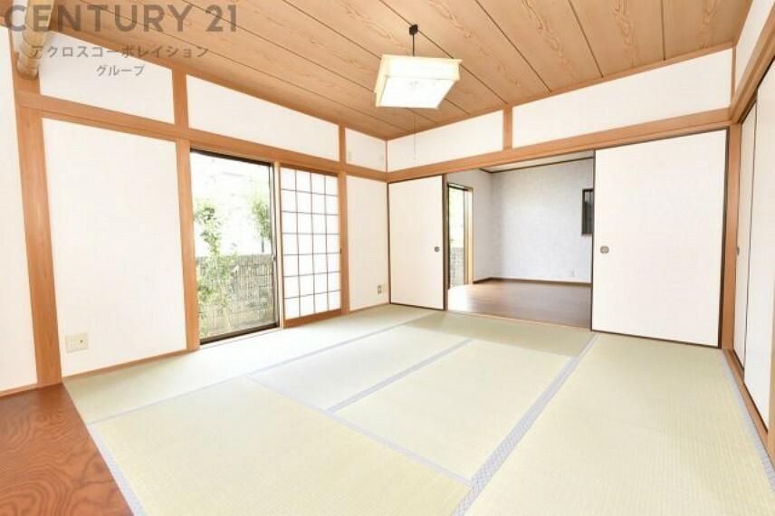 和室 リビング横の広々とした約8帖の和室
