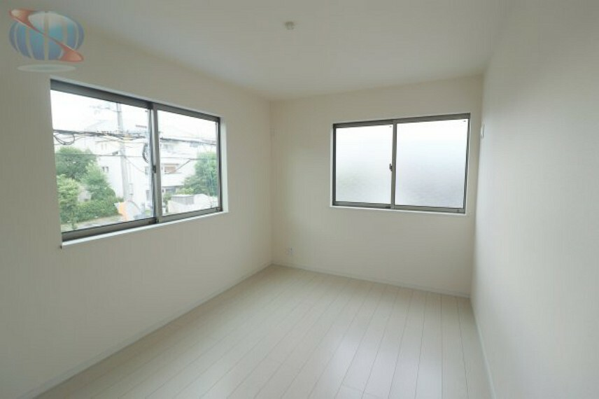 洋室 大きめの窓から光が差し込む洋室