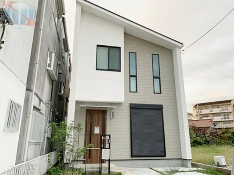 外観写真 漆喰壁と無垢材を使用した自然素材のお家