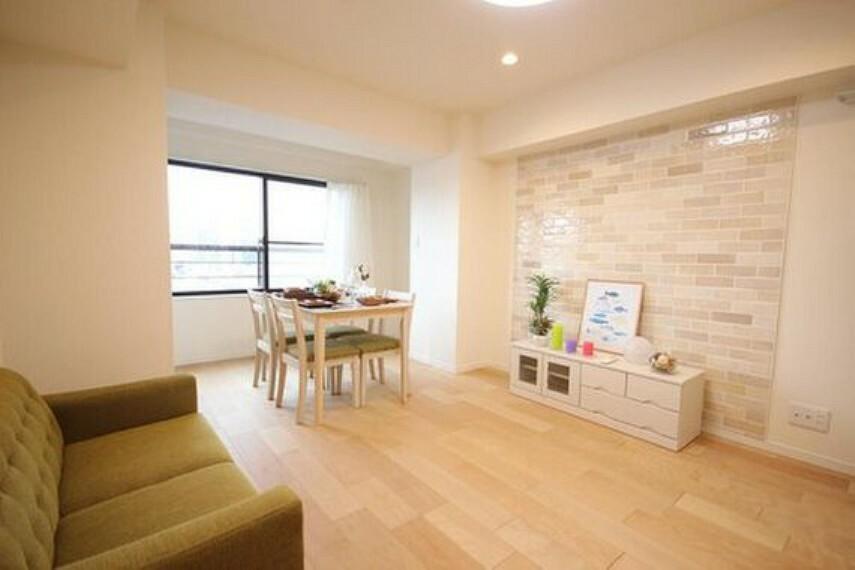 居間・リビング 家族の温かさと陽光の暖かさ、楽しい毎日と明るい未来を予感させる「空間が織り成すひとつ先の住み心地」を演出します。