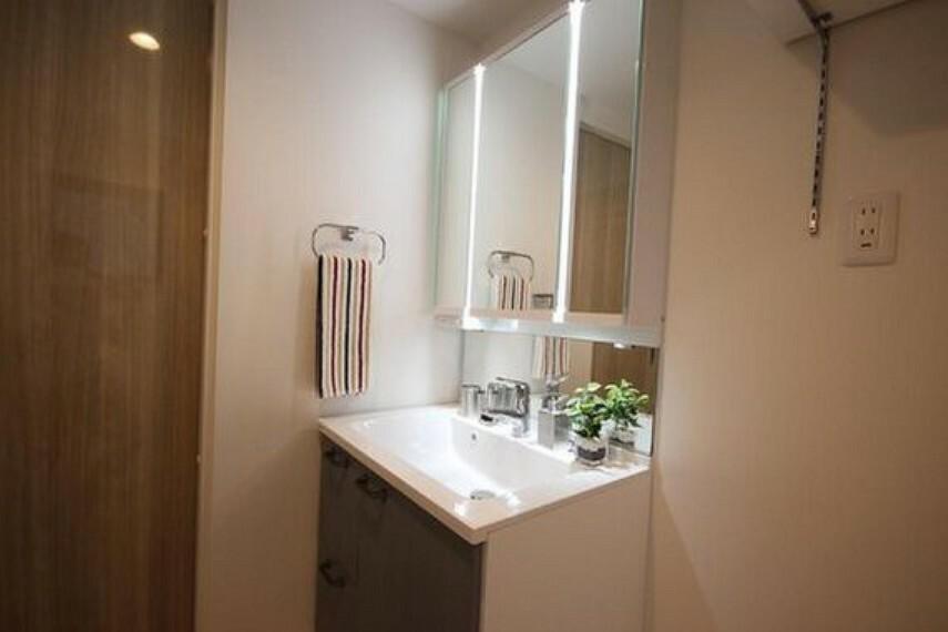 洗面化粧台 清潔感ある洗面台です。何かと物が増える場所だからこそ、スッキリと見映えの良い空間に。