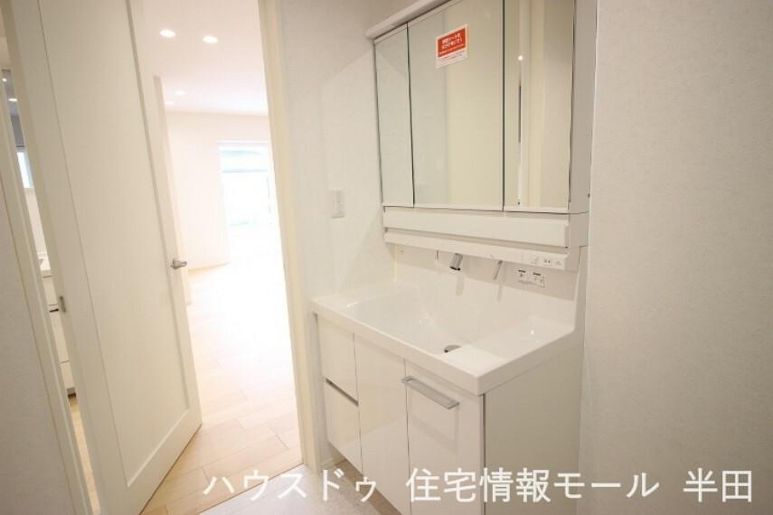 洗面化粧台 スタイリッシュで機能的なシャンプードレッサー