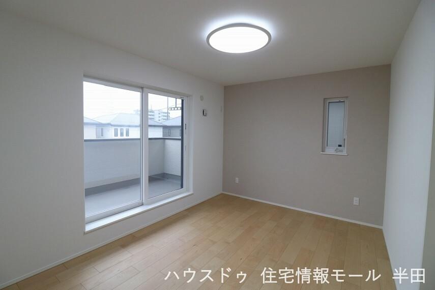 寝室 2階7.4帖洋室 バルコニーに面した明るい居室です。ウォークインクローゼットが備わって居住スペースもすっきり使えます