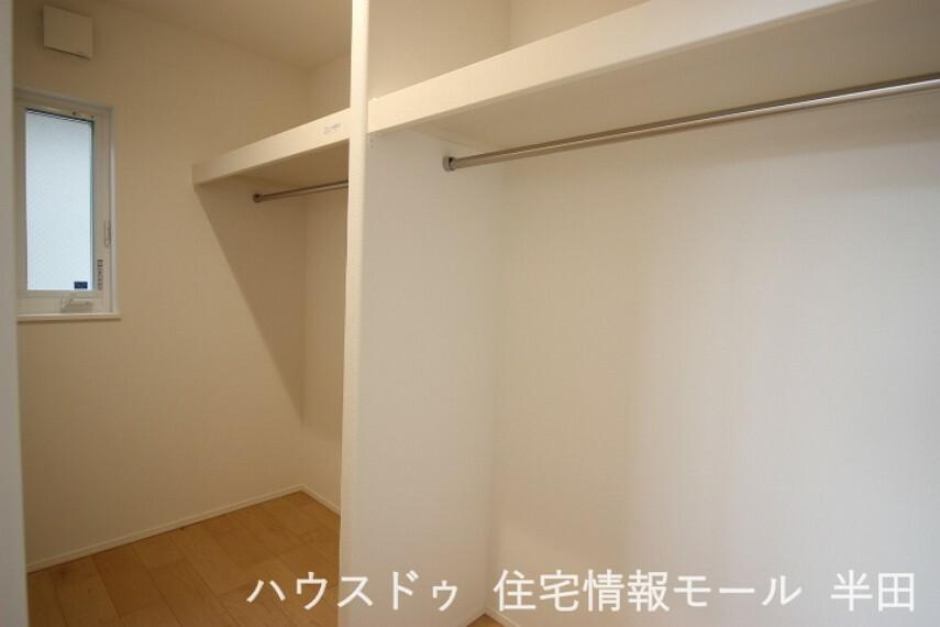 ウォークインクローゼット 換気もできる窓付きのウォークインクローゼットは2階7.4帖洋室に備わっています