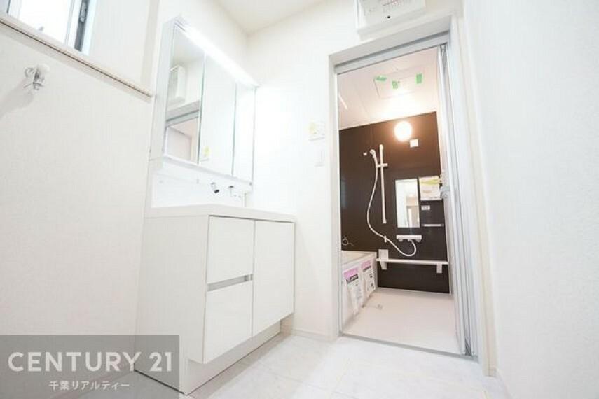 洗面化粧台 【施工例】洗面所には小窓があるので換気もできます。明るく清潔感あります。脱衣スペースも広々ですね!