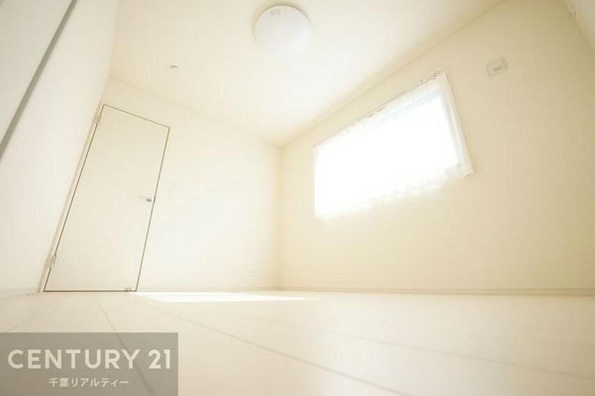 洋室 【施工例】二面採光の明るく風通しの良い洋室です。心地の良い空間で、おうち時間をゆったりと過ごせますね!