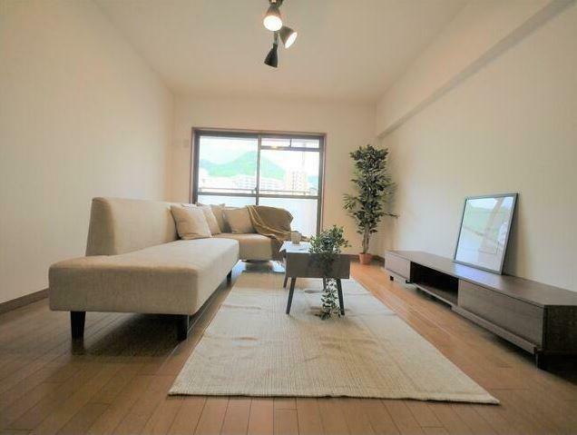 居間・リビング ソファ・ダイニングテーブル等の家具設置済み! お客様にプレゼントしています!